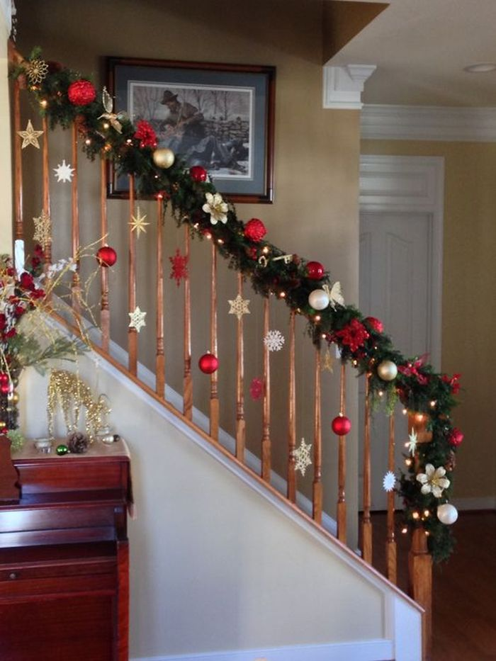 Take a look at this perfect example of a classic banister Christmas decoration
